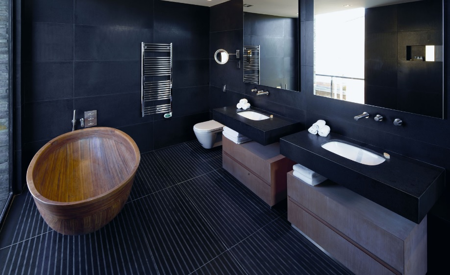 Ahşap küvetli banyo