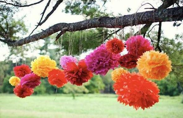Kına Gecesi İçin Bahçe Süsleme Fikirleri Ağaçlara Süs Çiçekleri