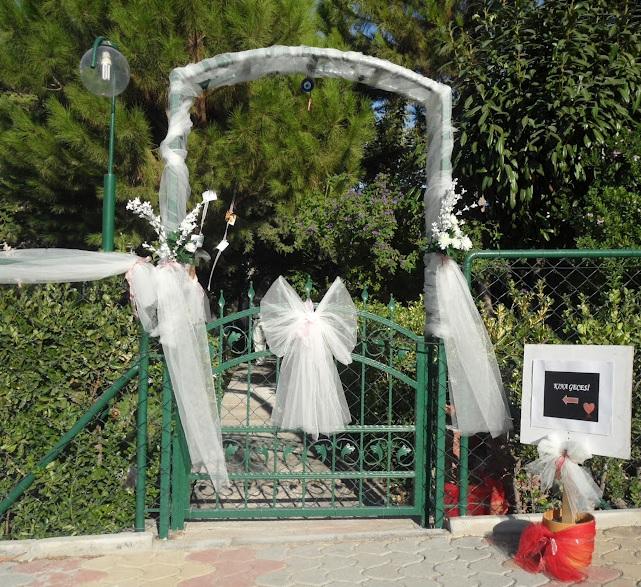 Kına Gecesi İçin Bahçe Süsleme Fikirleri Beyaz Dantelli Süsleme Giriş Kapısı