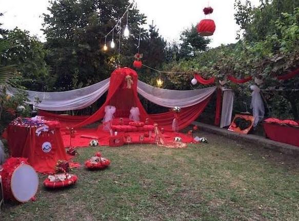 Kına Gecesi İçin Bahçe Süsleme Fikirleri Kırmızı