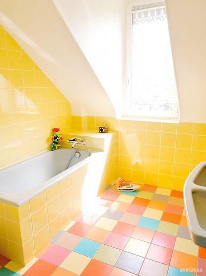 Duvarlarda Sarı Fayans Yerlerde Renki Fayans Banyo Dekorasyonu